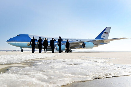 Air Force One with entourage