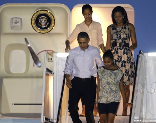 Obama family arriving in Hawaii