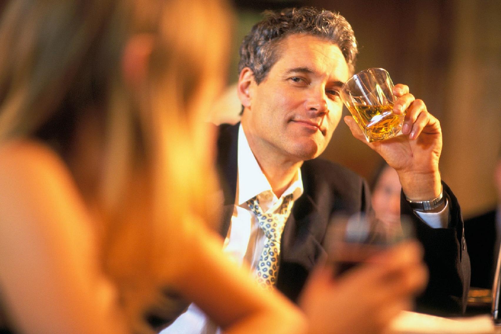 подруга парень знакомится с девушкой в баре отдыхаю выпивают пожалуйста, личностях
